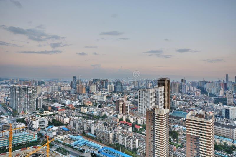 Paisaje urbano y edificio en Kunming, imagen de archivo