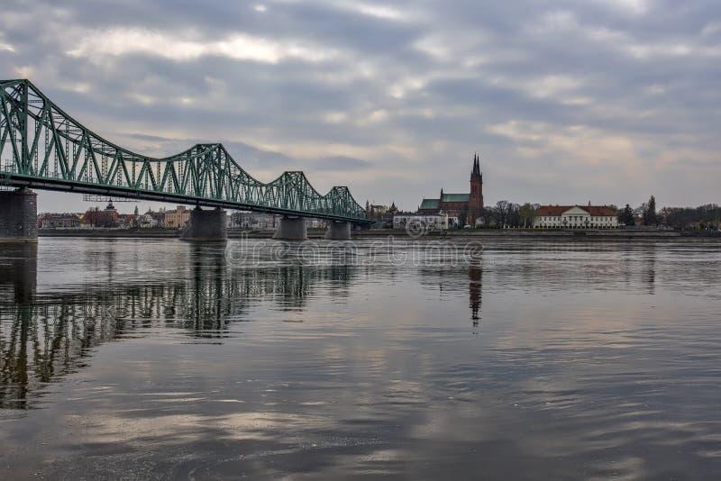 Paisaje urbano y el río Vistula de Wloclawek en Polonia fotos de archivo