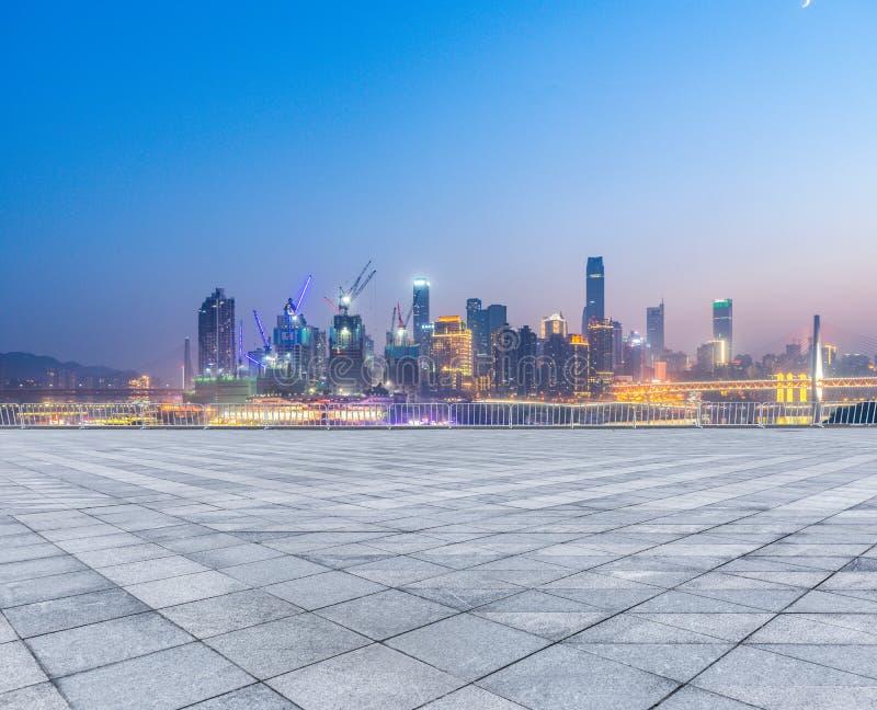 Paisaje urbano y horizonte de Chongqing del piso vacío del ladrillo en la noche foto de archivo