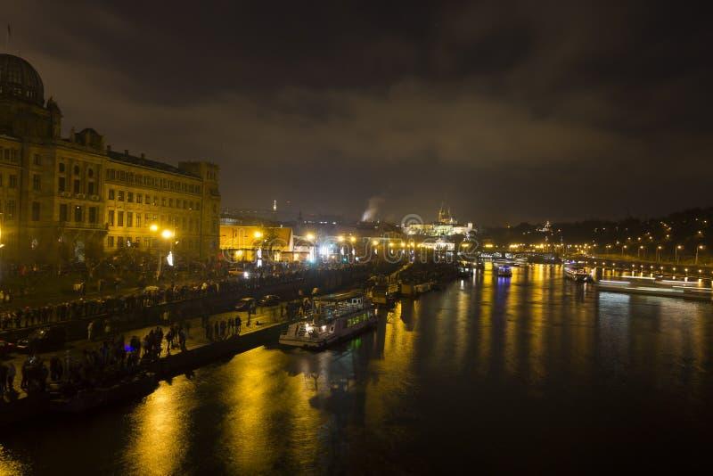 Paisaje urbano y puentes de Praga sobre el río de Moldava en invierno en la noche del castillo de Praga fotos de archivo