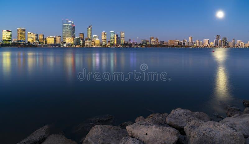 Paisaje urbano y reflexi?n de Perth en el r?o fotografía de archivo libre de regalías
