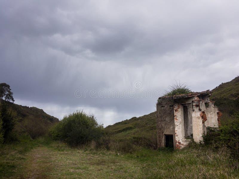 Paisaje verde con ruina fotografía de archivo