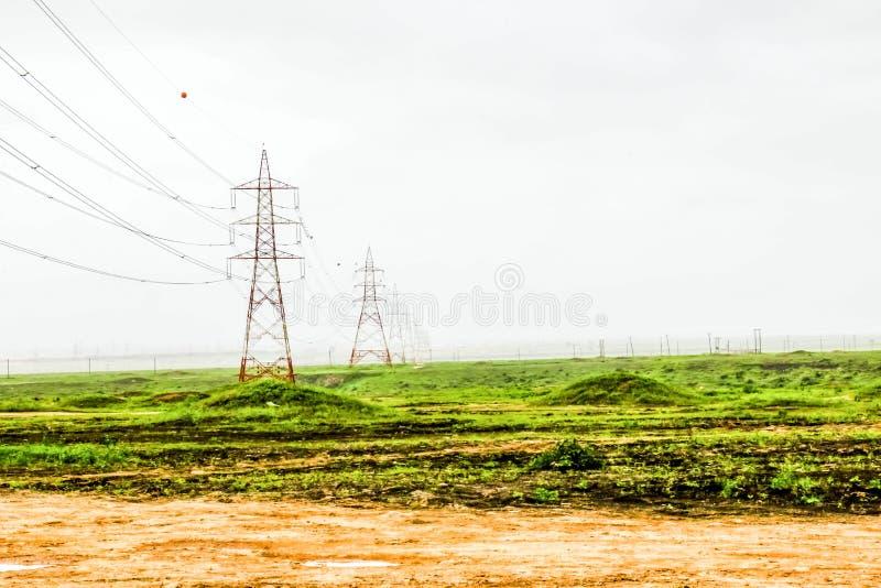 Paisaje verde enorme, ?rboles y monta?as de niebla en el centro tur?stico de Ayn Khor, Salalah, Om?n foto de archivo libre de regalías