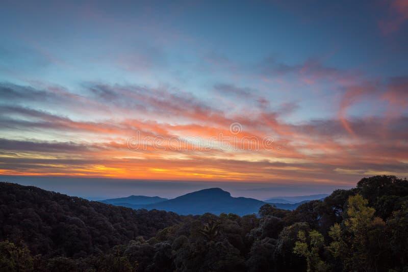 Paisaje verde hermoso de la montaña del cielo y de la niebla de la salida del sol, Doi Intan fotografía de archivo libre de regalías