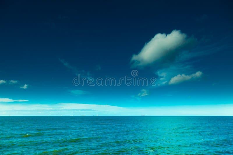 Paisaje Vista del cielo azul en el agua del mar o del océano fotos de archivo