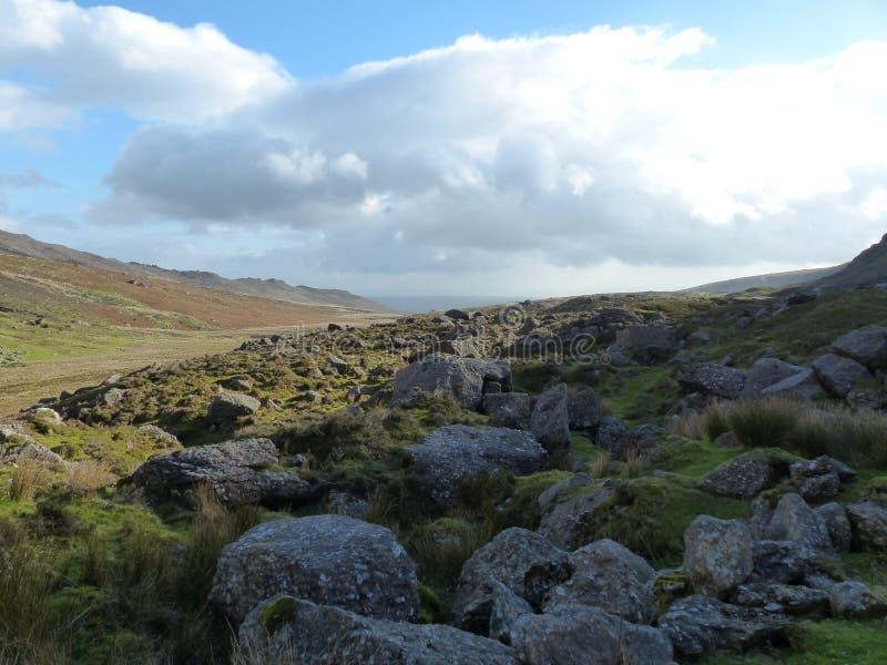 Paisaje Waterford Irlanda del cielo de la hierba de las rocas foto de archivo