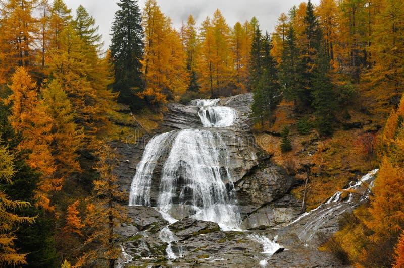 Paisaje y cascada del otoño de las montañas foto de archivo libre de regalías