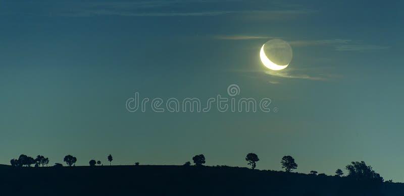 Paisaje y luna, estrellas del cielo nocturno foto de archivo