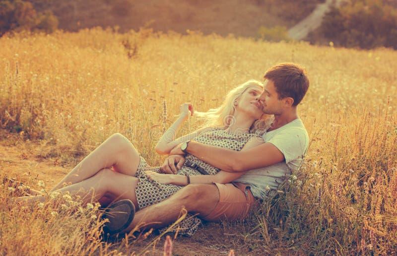 Paisaje y pares hermosos felices de la gente al aire libre en ingenio del amor imagenes de archivo