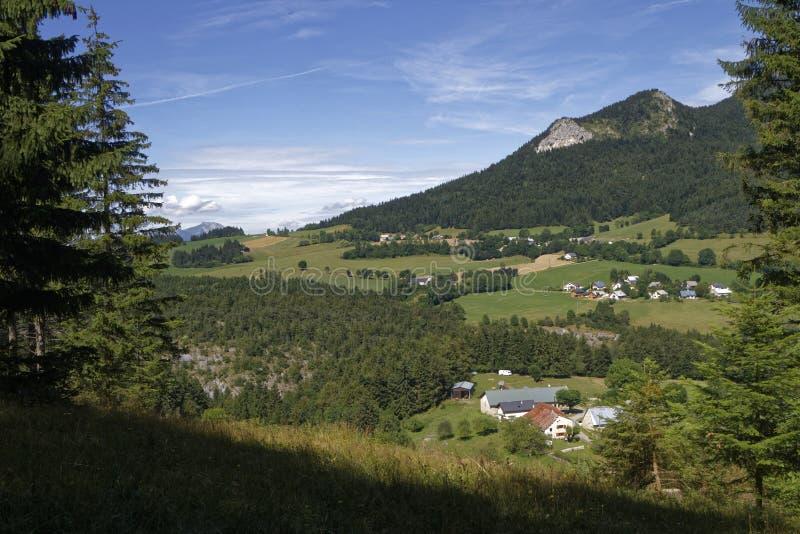 Paisaje y pequeños pueblos de Vercors fotografía de archivo