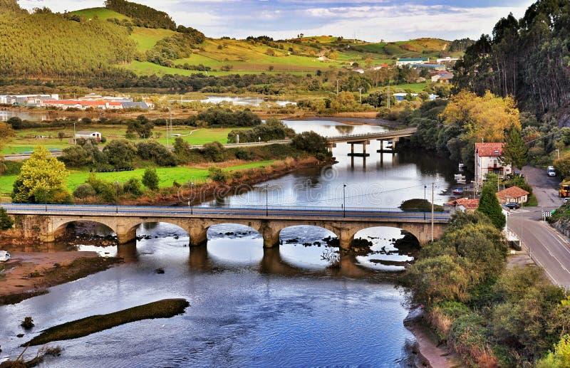 Paisaje y puente en la ciudad España de San Vicente de la Barquera fotos de archivo libres de regalías