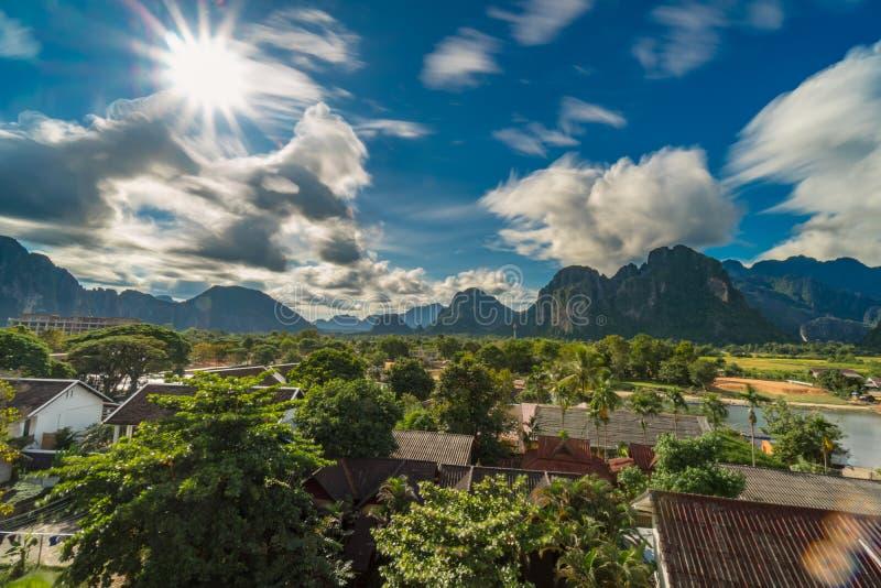 Paisaje y punto de vista en el río de la canción del nam en el vieng de Vang, Laos fotos de archivo