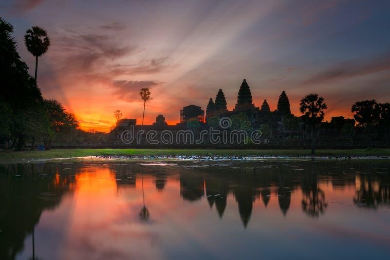 Paisaje y salida del sol del templo de Angkor Wat en Siem Reap en combinado imágenes de archivo libres de regalías