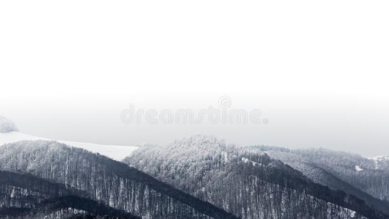 Paisajes congelados en un día muy frío en las montañas de Rumania imagenes de archivo