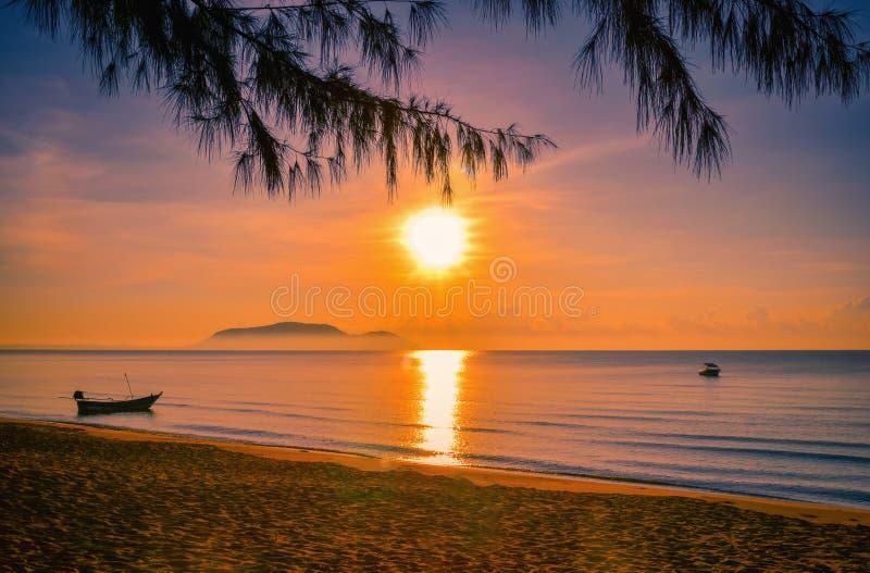 Paisajes de la puesta del sol en la playa con el cielo colorido fotos de archivo libres de regalías