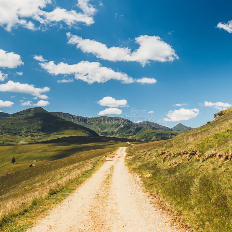 Paisajes de las montañas de Rodna en Cárpatos del este, Rumania fotos de archivo