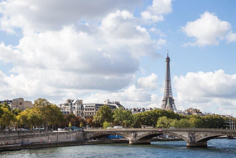 Paisajes de París: vista del la el Sena y de la torre Eiffel en sol de la tarde fotos de archivo libres de regalías