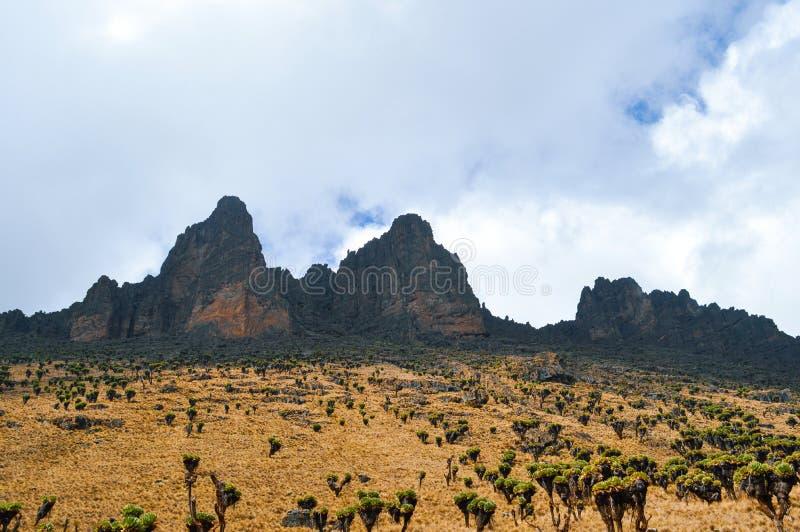 Paisajes hermosos de la montaña en las formaciones de roca volcánica en el monte Kenia imagen de archivo libre de regalías