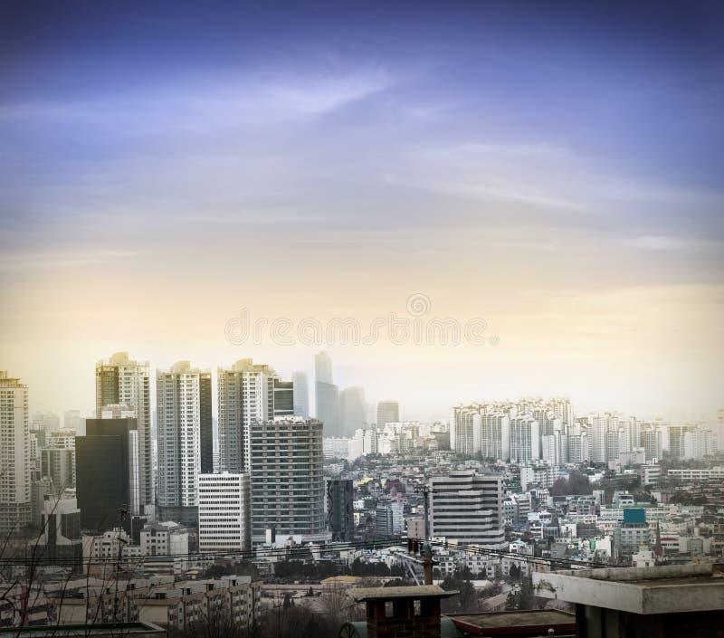 Paisajes urbanos de Seul amarillos y efecto luminoso anaranjado de la puesta del sol, skyli fotos de archivo libres de regalías
