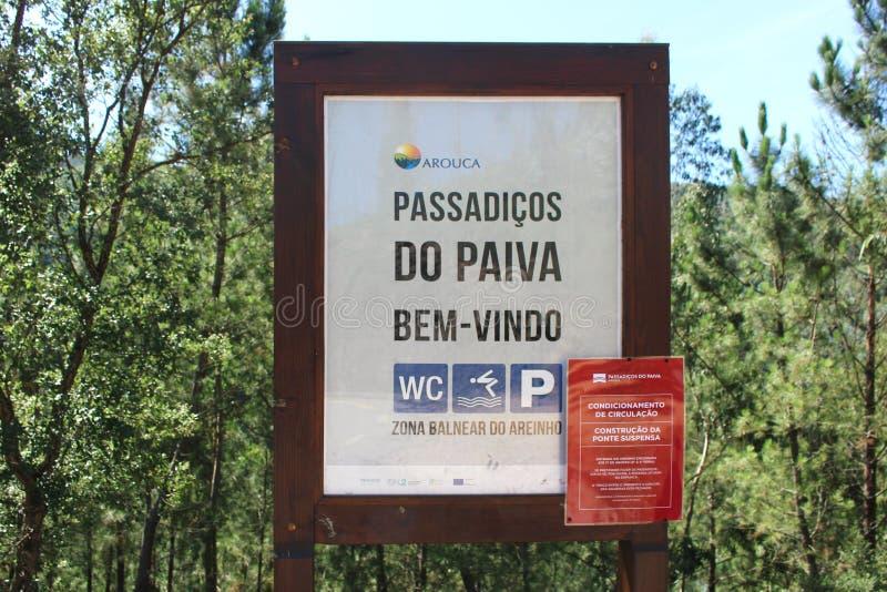 Paiva Portugalia, Sierpień, - 2018: Znak powitalny dla sławnego Paiva przejścia w Portugalia, z Uwarunkowywać cyrkulaci ostrzeżen fotografia stock