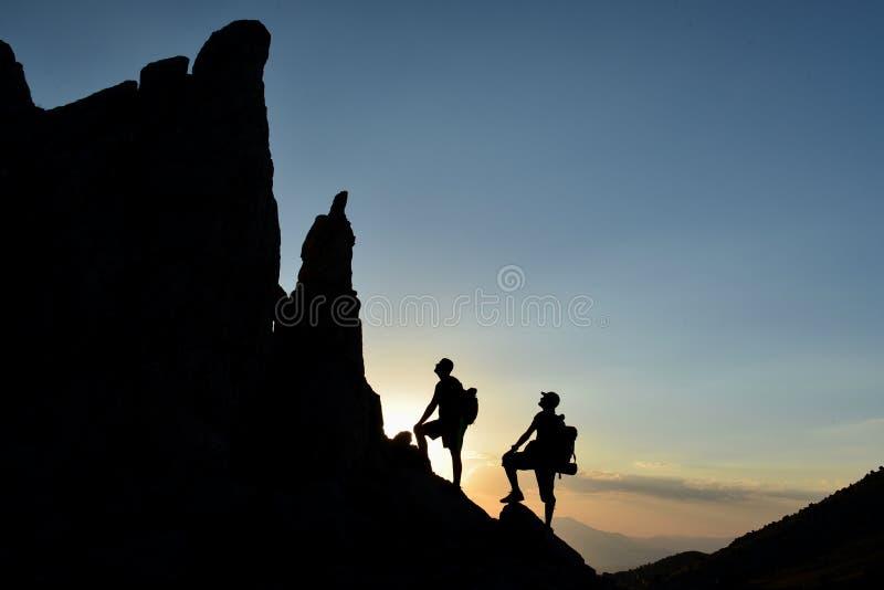 Paixão da aventura e da natureza em montanhas da cimeira imagens de stock