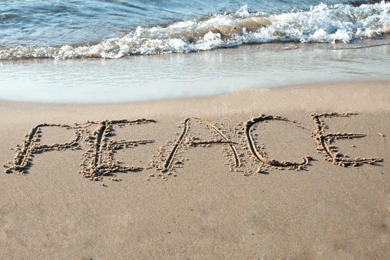 Paix écrite dans le sable photos libres de droits