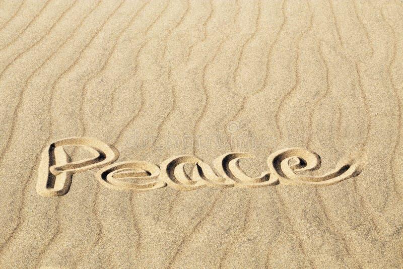 Paix écrite dans le sable ondulé aux grandes dunes de sable P national photo libre de droits