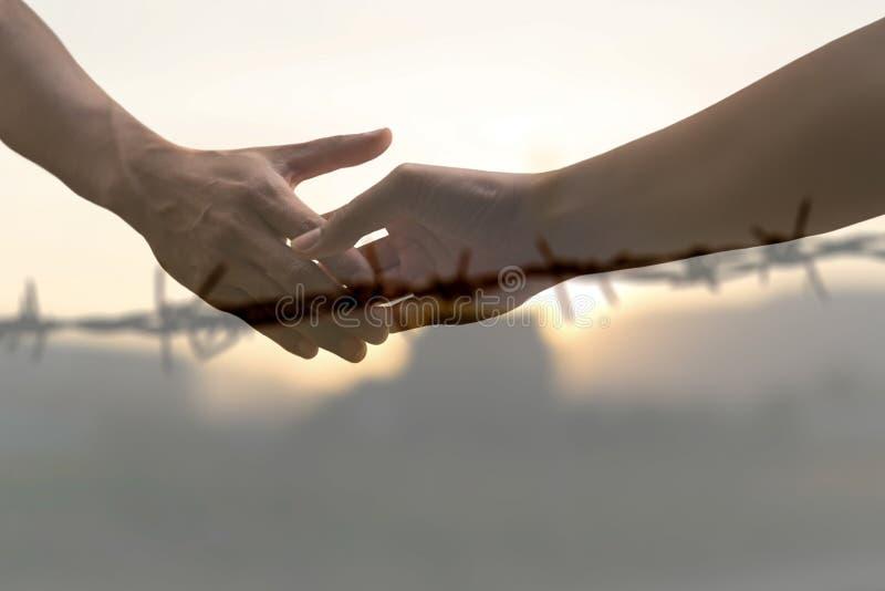 Paix conceptuelle serrant la main au fil dénudé brouillé image libre de droits