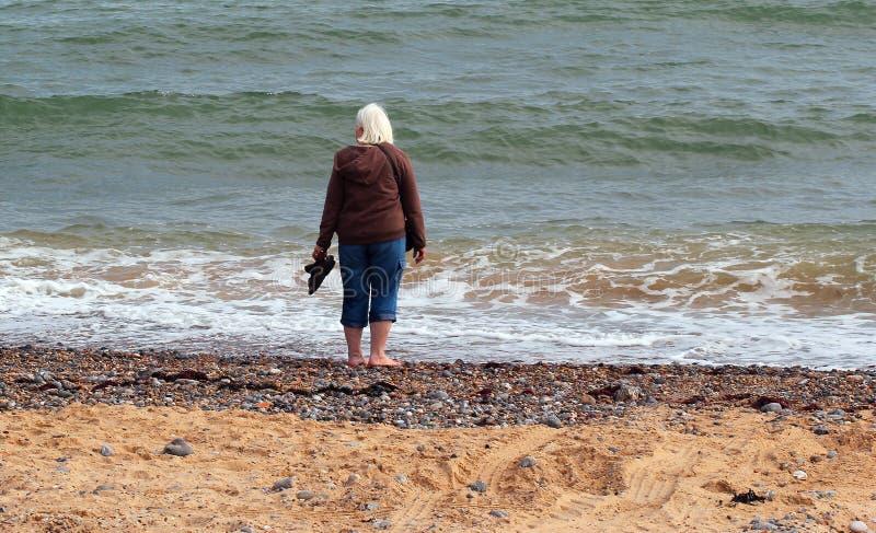 Paix d'être seul par la mer. image stock