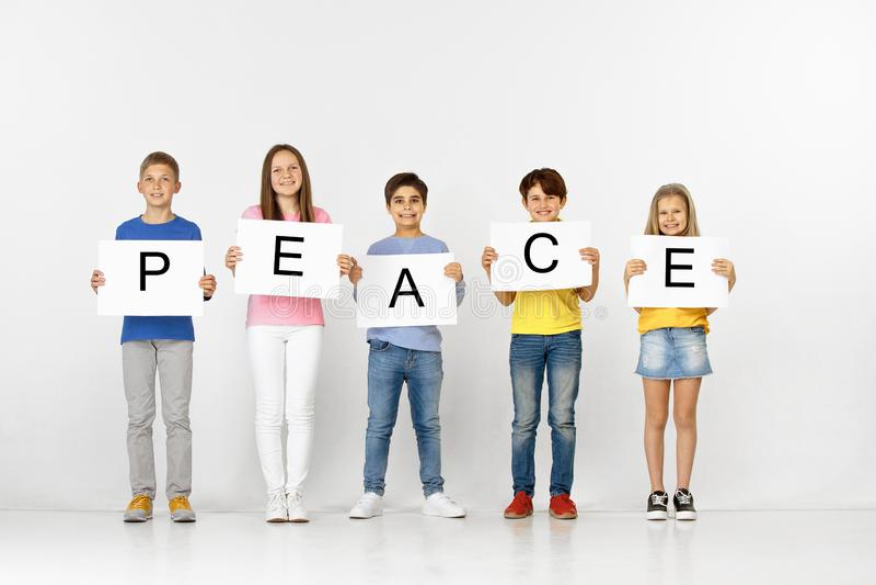 Paix Groupe d'enfants avec bannières d'isolement dans le blanc photographie stock libre de droits