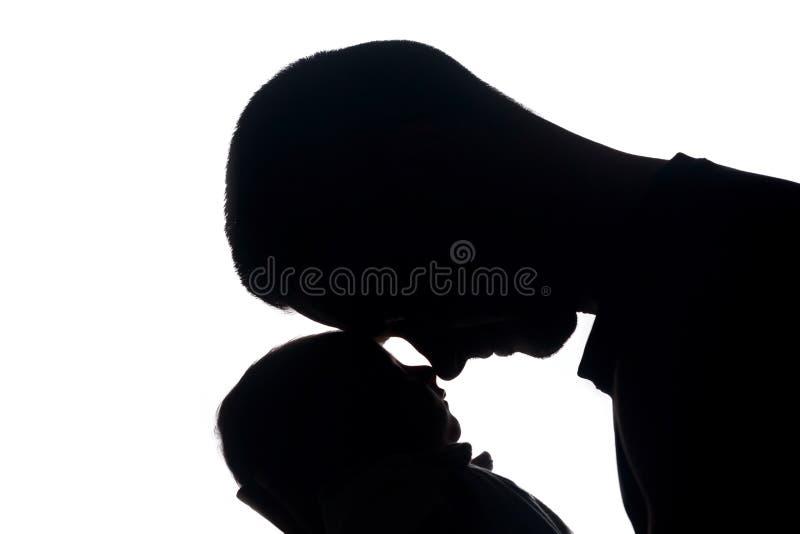 Paizinho alegre em respeito por seu bebê recém-nascido pequeno fotografia de stock royalty free