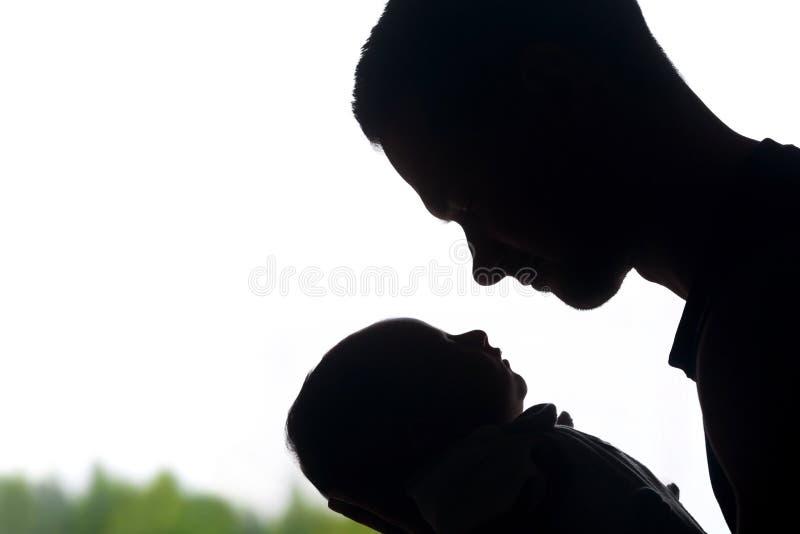 Paizinho alegre em respeito por seu bebê recém-nascido pequeno fotos de stock royalty free