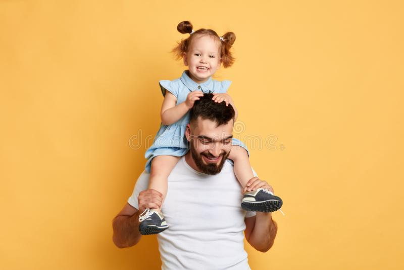 Paizinho alegre positivo que joga com filha fotos de stock royalty free