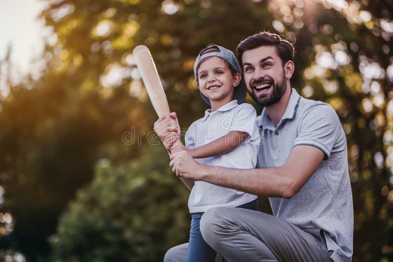Paizinho com o filho que joga o basebol