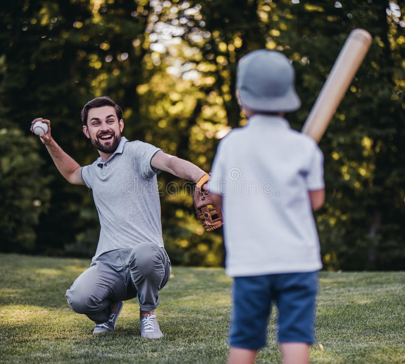 Paizinho com o filho que joga o basebol fotos de stock