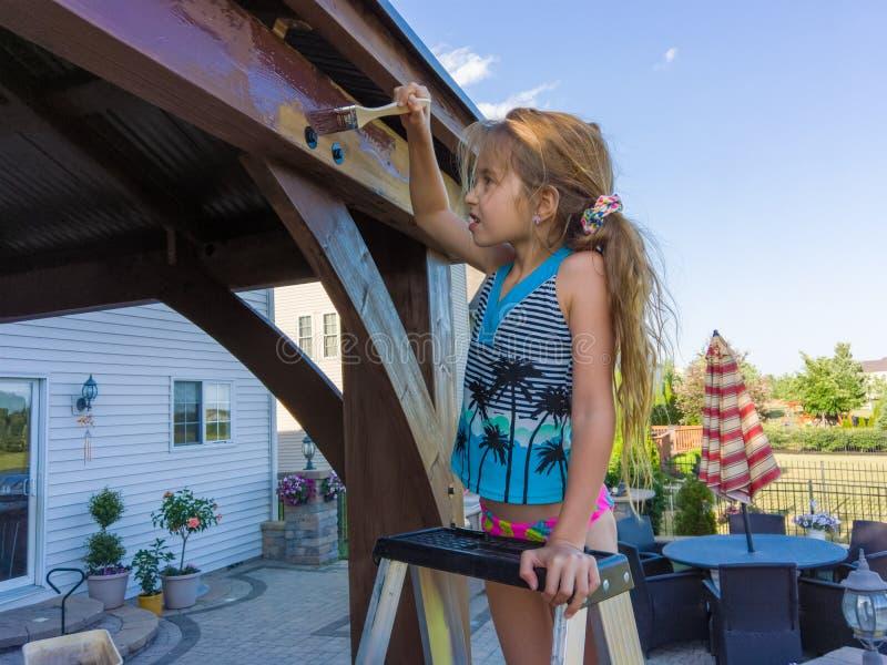 Paizinho de ajuda da menina para manchar o miradouro novo imagens de stock royalty free