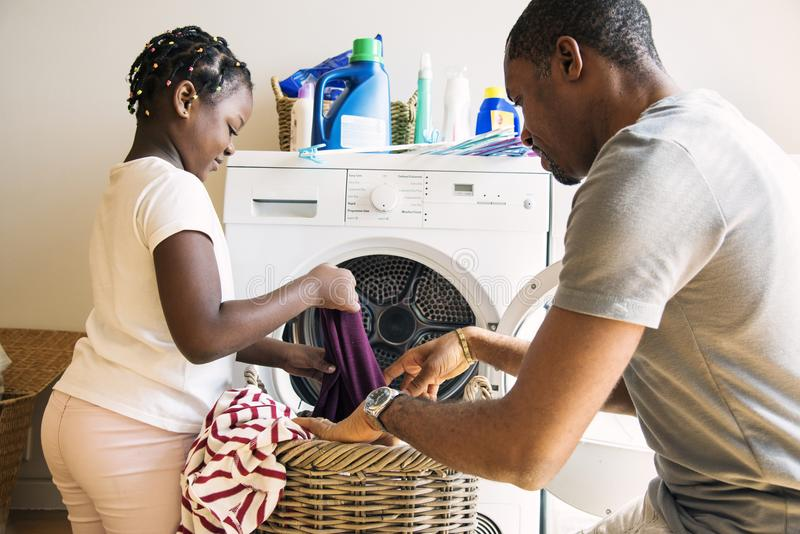 Paizinho e filha que houseworking junto fotos de stock royalty free