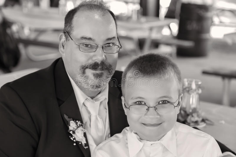 Paizinho e filho em preto e branco fotos de stock