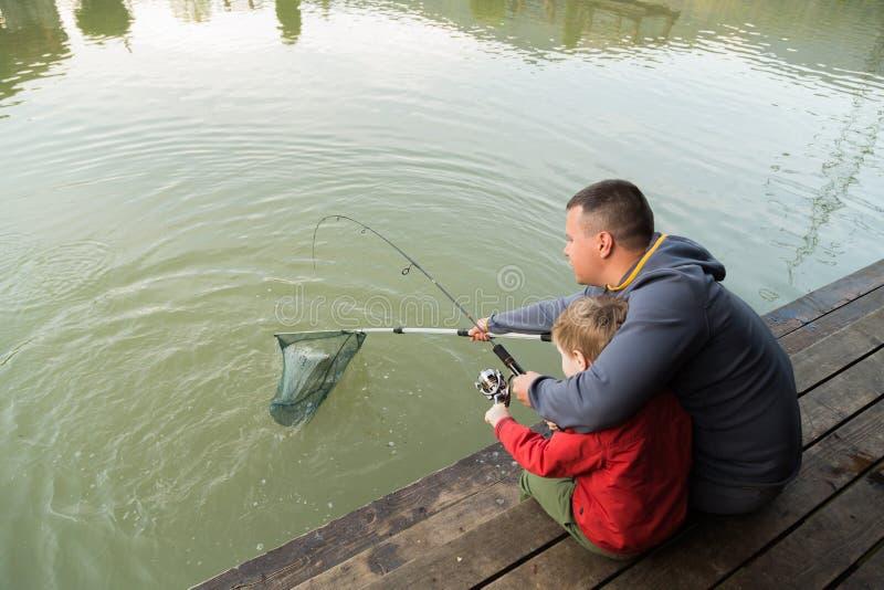 Paizinho e filho na pesca imagens de stock royalty free
