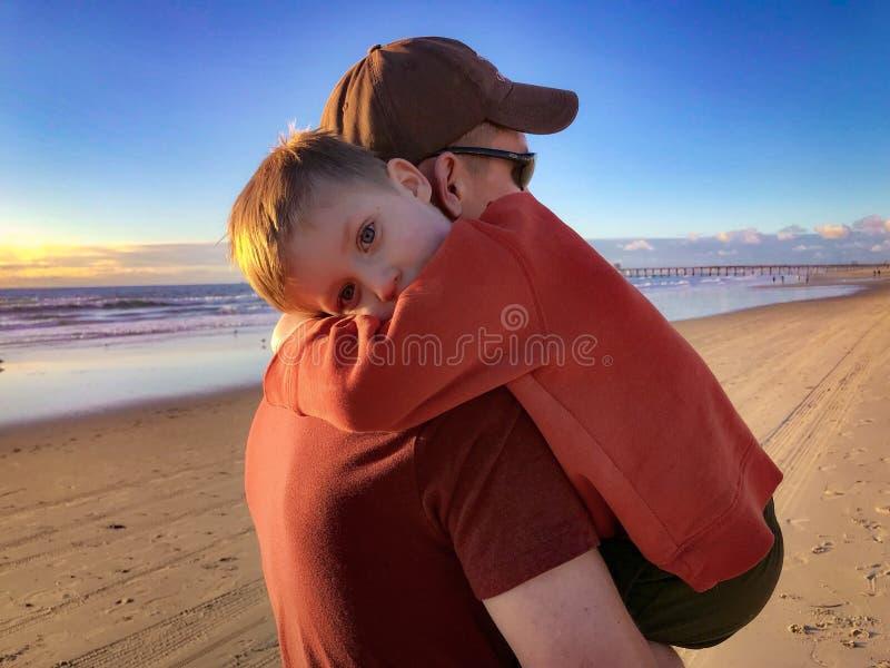 Paizinho e filho na praia imagens de stock