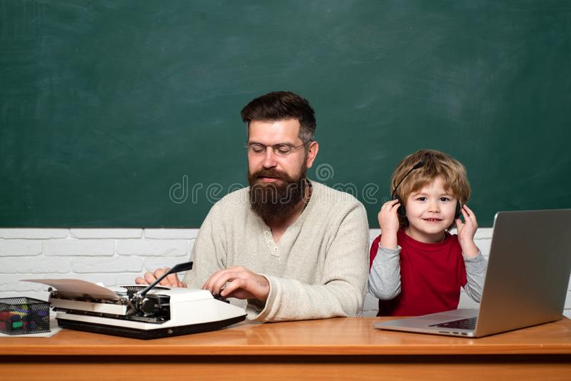 Paizinho e seu filho pequeno Aprendizagem da crian?a Professor e crian?a Fam?lia feliz - paizinho e filho junto Jogo do paizinho  imagem de stock royalty free