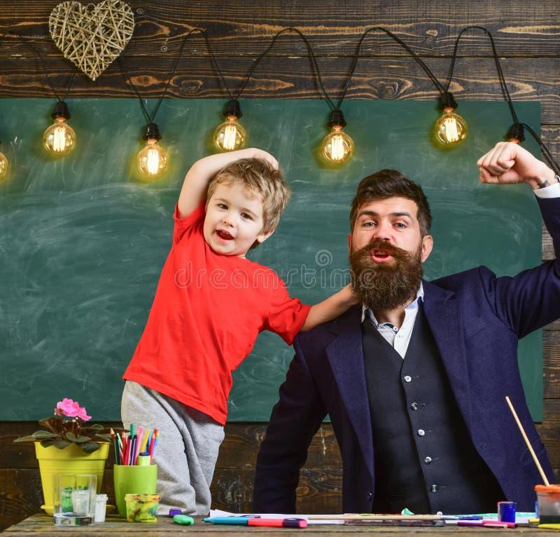 Paizinho fresco e criança que mostram os músculos Homem e de gritaria ou de canto do menino música alegre imagem de stock