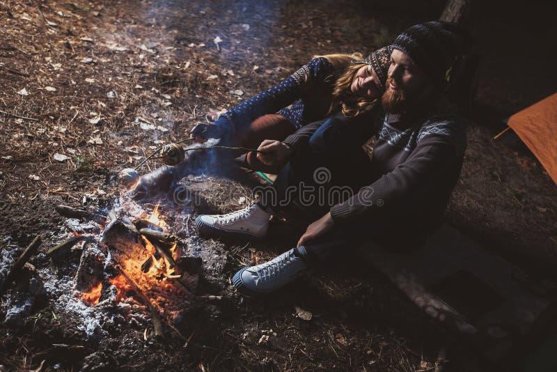 Paizinho loving pela fogueira foto de stock royalty free