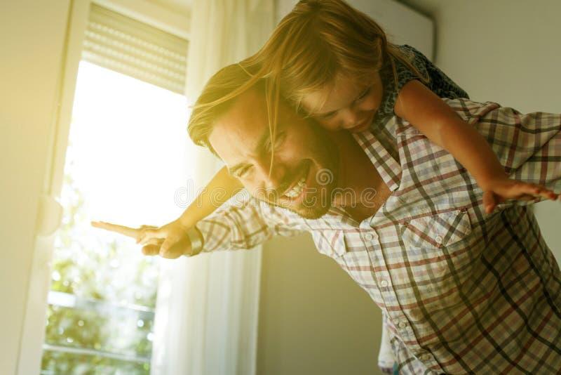 Paizinho novo com filha bonito em casa fotografia de stock royalty free