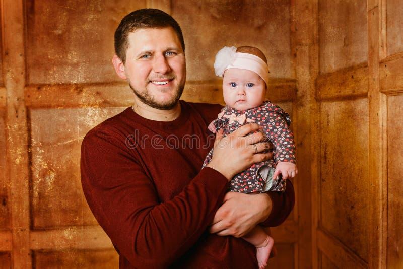 Paizinho novo com a filha pequena nas mãos fotos de stock royalty free