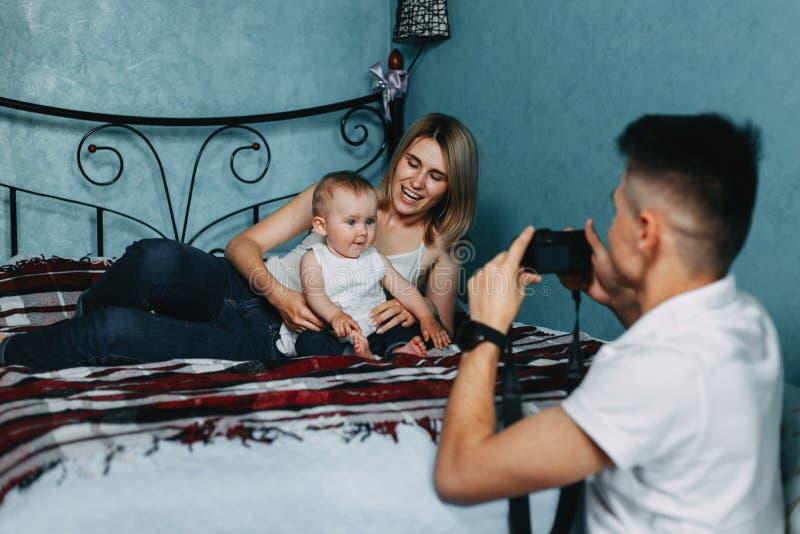 Paizinho que toma imagens de suas esposa e filha fotografia de stock