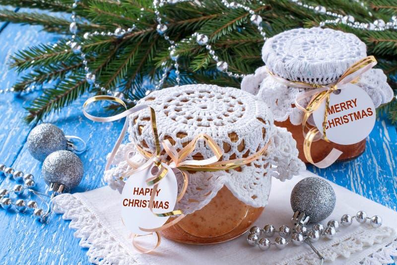 Paj med caramelized äpplen i krus, julklapp arkivbilder