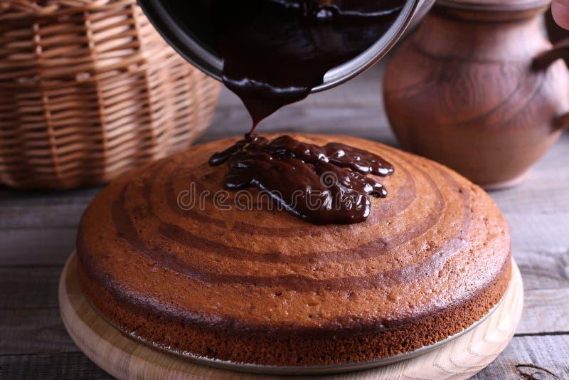 Paj med chokladisläggning på trätabellen Läcker sebramarmorkaka arkivfoto