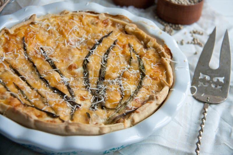 Paj med den torsk-, lax-, tomat-, ost- och vårlöken fotografering för bildbyråer