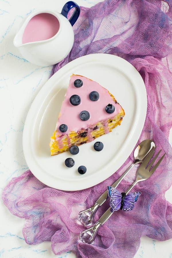Paj med keso, cornflakes och blåbär royaltyfri fotografi